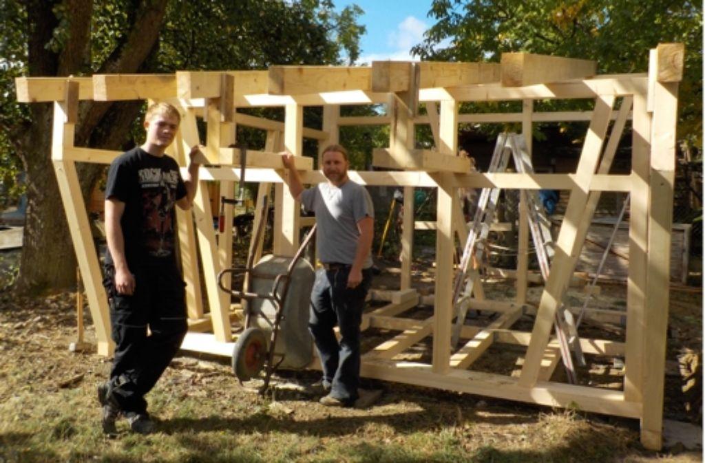 Tim Dreikluft (links) und Dennis Driehaus bauen den neuen Kaninchenstall. Foto: A. Kratz