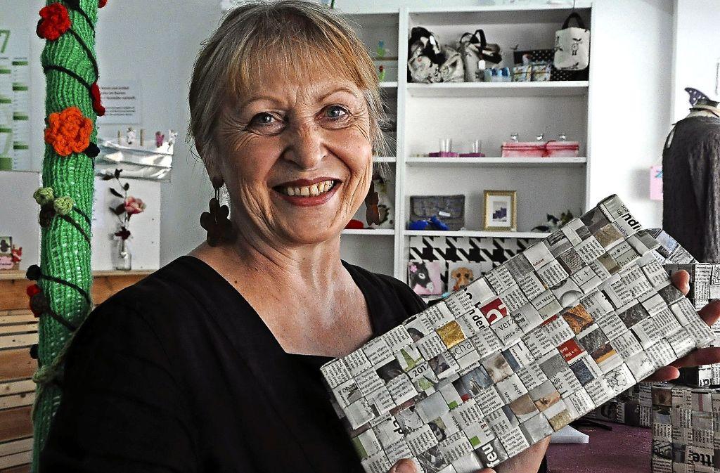 """Marlene Blumenstock in """"Marinke"""", mit einer smarten Recyclingtasche. Foto: Georg Linsenmann"""