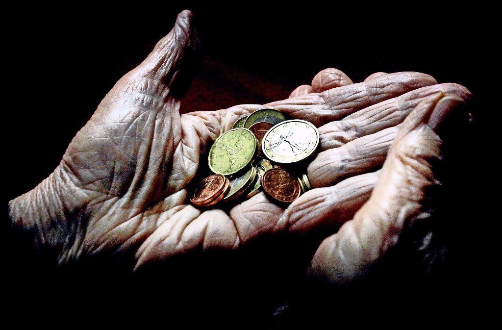 Nicht nur ältere  Menschen müssen oft mit jedem Cent rechnen. Foto: dpa