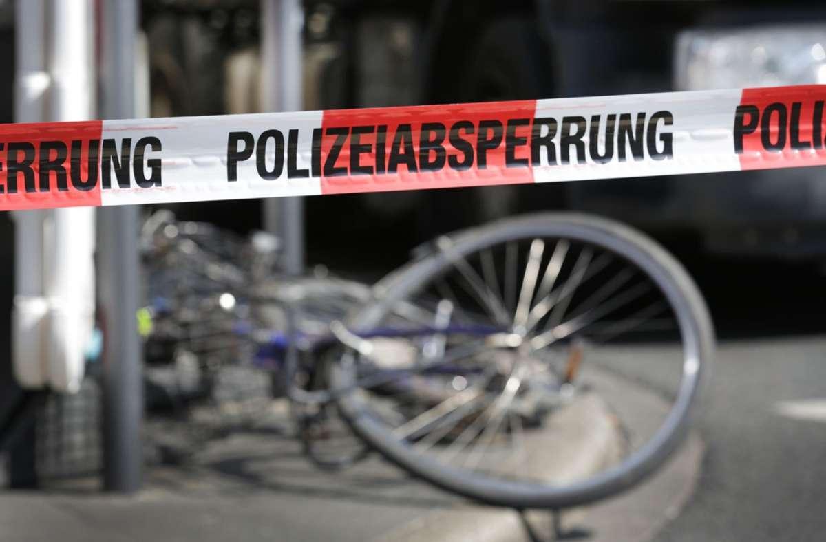 Beide Fahrradfahrer mussten nach dem Unfall in eine Klinik gebracht werden. (Symbolbild) Foto: dpa/Martin Gerten