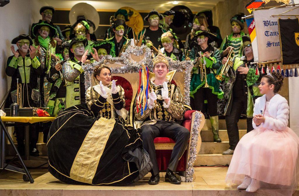 Applaus für das Stadtprinzenpaar der Karnevalsgesellschaft Möbelwagen: Katja I. und Robin I.. Foto: Lichtgut/Christoph Schmidt