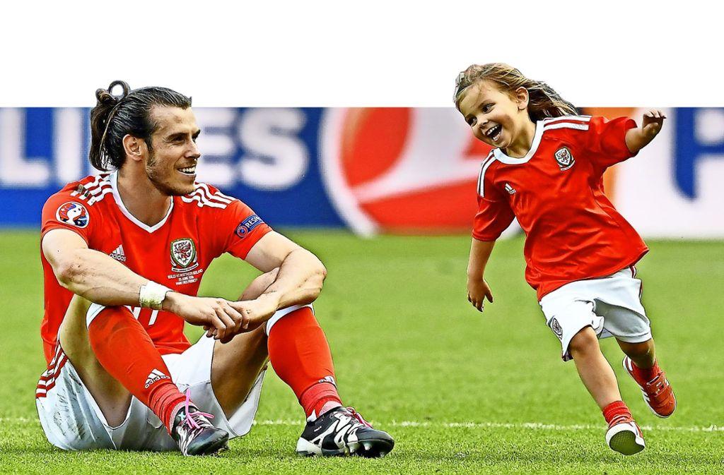 Dieses Foto von Gareth Bale mit seiner Tochter ging um die Welt. Die Bilder von großen Turnieren (hier bei  der EM 2016) haben große Wirkung auf den Nachwuchsbereich. Foto:dpa Foto: