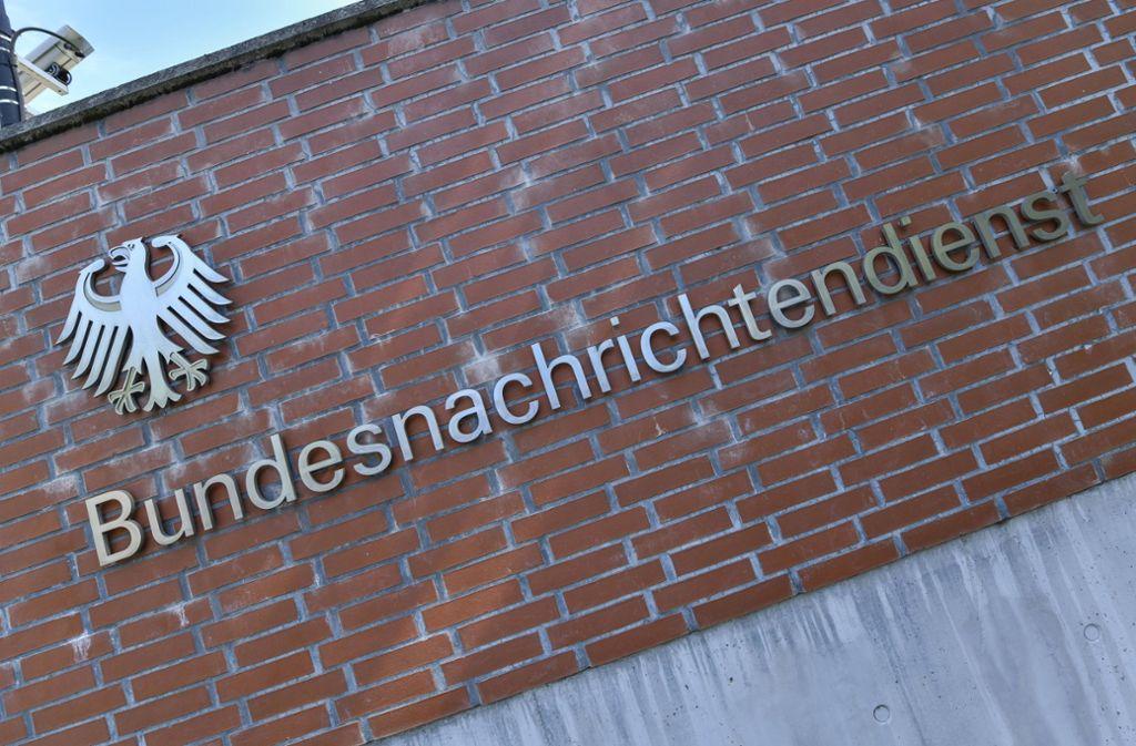 Am Dienstag wird entschieden, ob sich der deutsche Auslandsgeheimdienst in Zukunft bei seinen Überwachungsaktivitäten genauer auf die Finger schauen lassen muss. Foto: imago images/Schoening