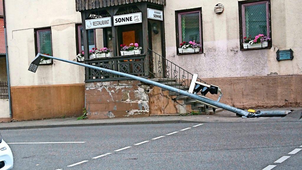 Der Krantransporter bleibt am Ampelmast hängen. Foto: LKZ
