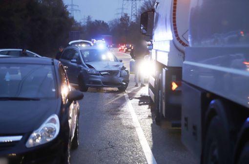 Zwei Autos und ein Lastwagen kollidieren