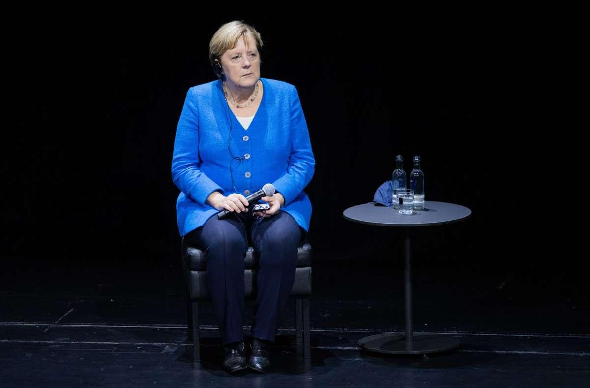 Angela Merkel (CDU) sitzt bei einem Podiumsgespräch auf der Bühne im Düsseldorfer Schauspielhaus Foto: dpa/Rolf Vennenbernd