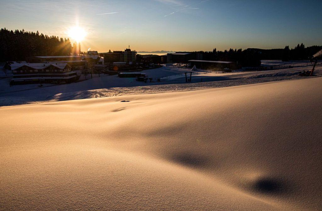 Frischer Schnee liegt zwischen dem Feldbergturm und der Talstation der Feldbergbahn. Foto: dpa/Philipp von Ditfurth