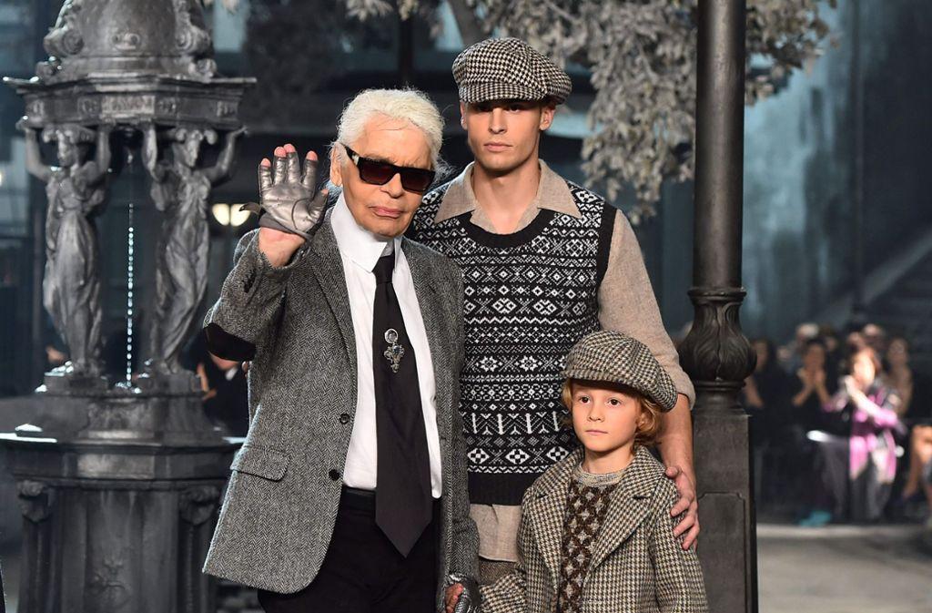 Karl Lagerfeld im Jahr 2015 mit seiner ehemaligen Muse, dem französischen Model Baptiste Giabiconi (Mitte), sowie seinem Patensohn Hudson Kroenig bei einer Chanel-Schau in Rom. Foto: AFP/GABRIEL BOUYS