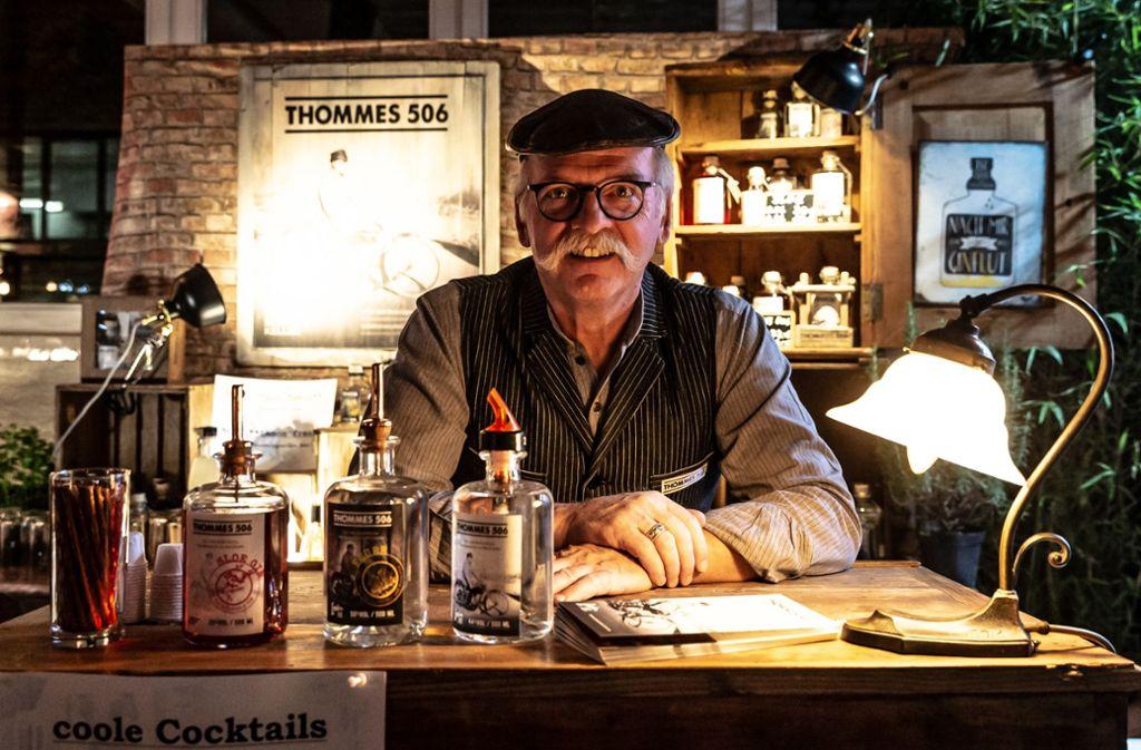Thomas Thomann von Thommes 506 an seinem Stand bei der Gin-Messe im Wizemann Foto: Lichtgut/Julian Rettig