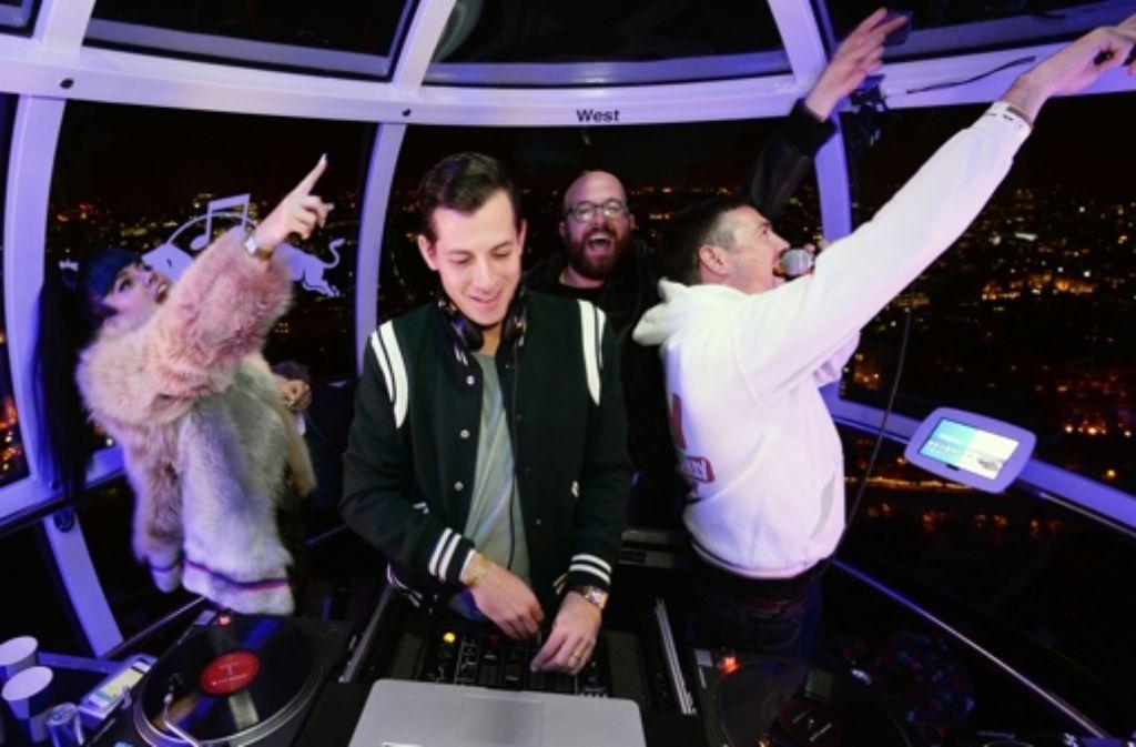 Bei der Red Bull Revolutions in Sound live haben am Donnerstag Lily Allen (links), Mark Ronson (Mitte) und an die 100 DJs und MCs in den Gondeln des London Eye Party gemacht. Hier sind die schönsten Bilder der Partynacht! Foto: Getty Images Europe