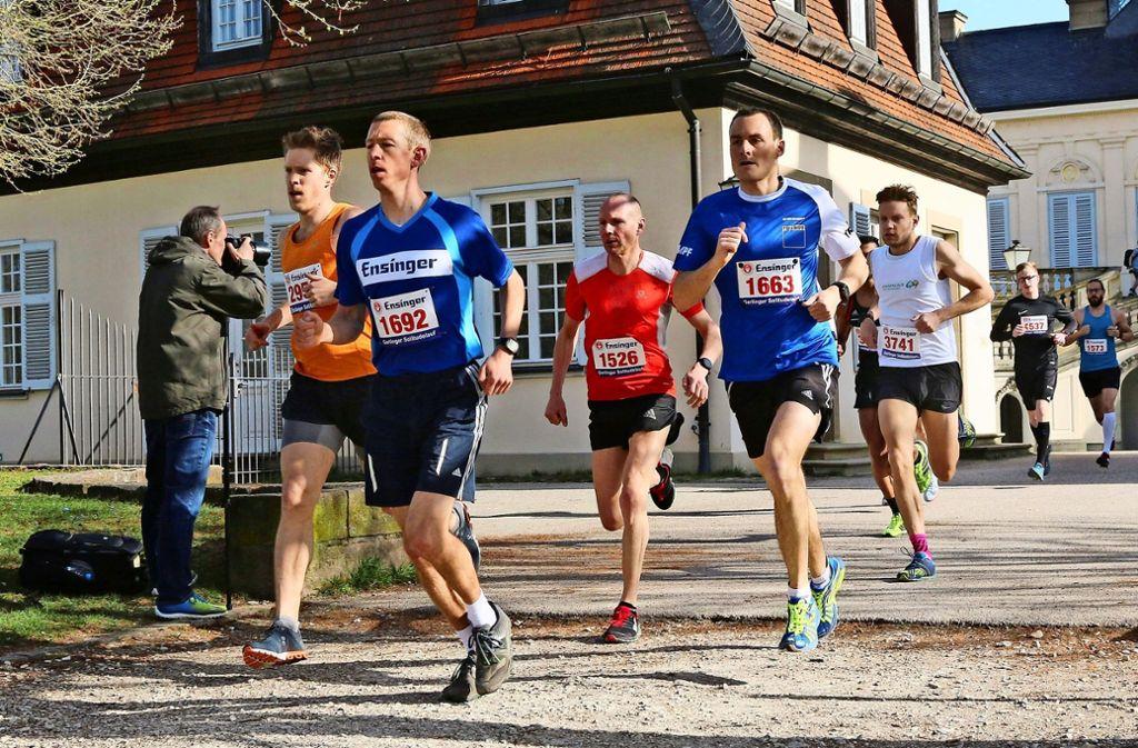 Das Schloss Solitude lassen die Halbmarathon-Läufer schnell hinter sich:  Der spätere Sieger Ulrich Königs (Nummer 1692)  setzt sich schon früh an die Spitze. Foto: Andreas Gorr Foto: