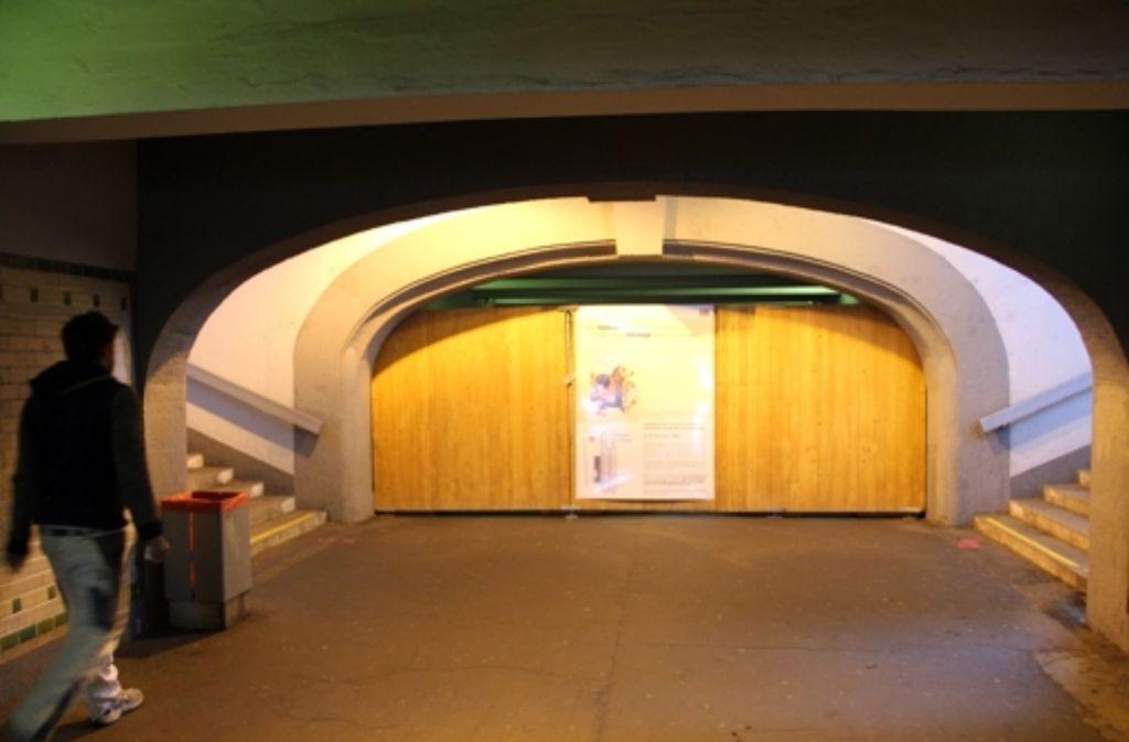 Am Feuerbacher Bahnhof müssen Fußgänger künftig Umwege in Kauf nehmen. Foto: Torsten Ströbele