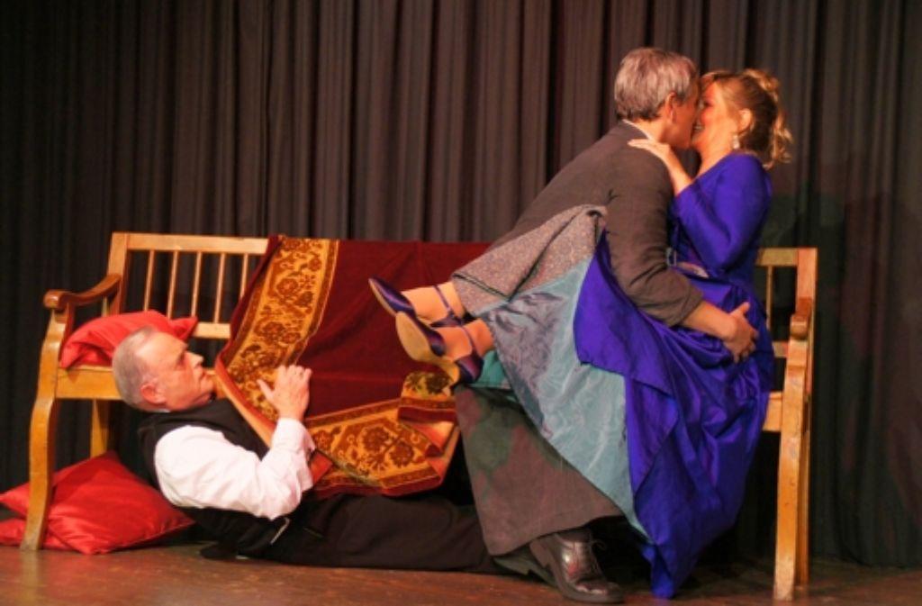 """Um Intrigen und Liebschaften geht es im """"schwäbischen Tartüff"""", mit dem das Glasperlenspiel den Amateurtheaterpreis gewonnen hat. Foto: Glasperlenspiel/Klaus Muth"""