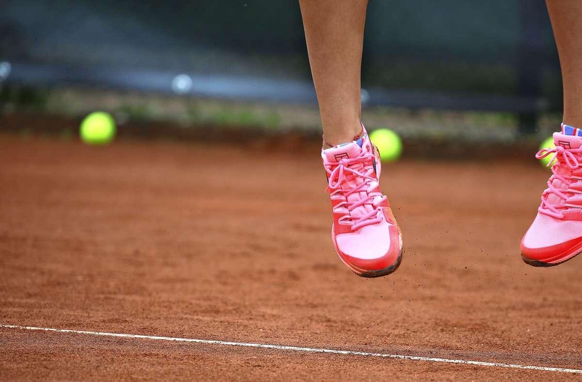 Sprung in die neue Tennis-Freiluftsaison: Mit Einschränkungen dürfen die Sportler in dieser Corona-Pandemie wieder auf die rote Asche. Foto: Pressefoto Baumann/Alexander Keppler