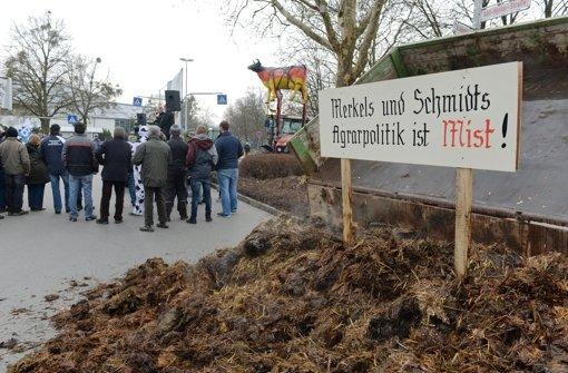 Bauern haben den Misthaufen vor dem Besuch der Bundeskanzlerin vor dem Kultur-und Kongresszentrum in Weingarten abgeladen. Foto: dpa