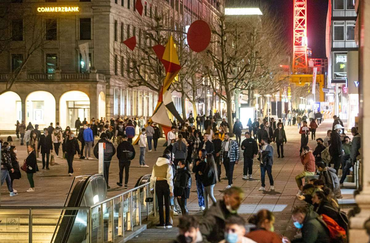 Die Königstraße ist am Wochenende nachts belebt – auch wenn eigentlich nichts geboten ist. Foto: 7aktuell.de//Simon Adomat