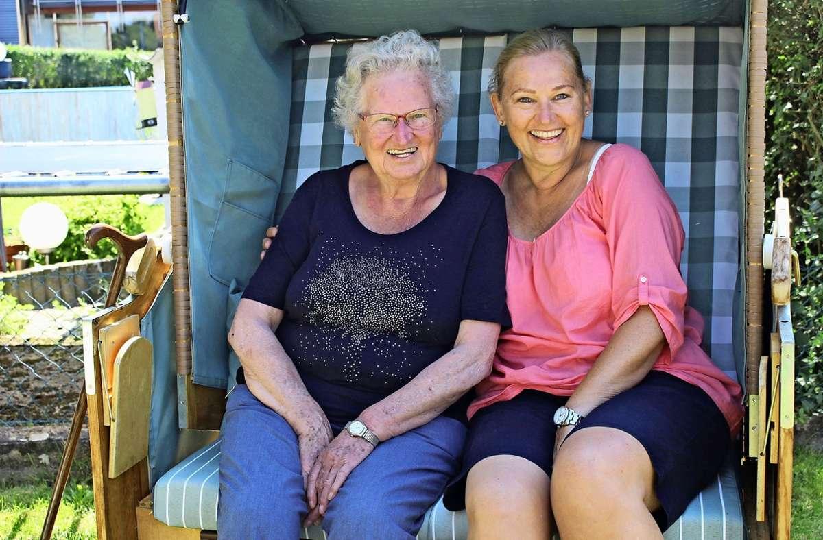 Sie haben wieder gut lachen: Hedwig Kittelberger und ihre Tochter Gaby Brenken im gemeinsamen Garten in Harthausen. Foto: Caroline Holowiecki Foto: