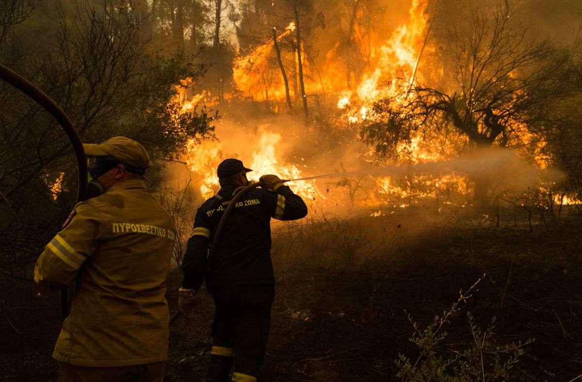 Der 8. August auf der griechischen Insel  Euböa: Feuerwehrleute versuchen, einen Brand in einem Wald im Norden der Insel  zu löschen. Foto: dpa/Marios Lolos