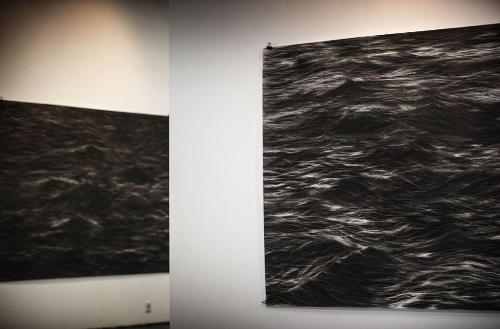 In den Werken von Andrea Zaumseil entstehen   Wellen mit Pastellkreide. Foto: Gottfried Stoppel