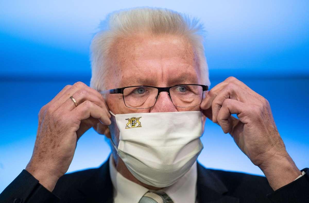Ministerpräsident Winfried Kretschmann will in der Gastronomie häufiger kontrollieren lassen, ob die Regeln eingehalten werden. (Archivbild) Foto: dpa/Marijan Murat