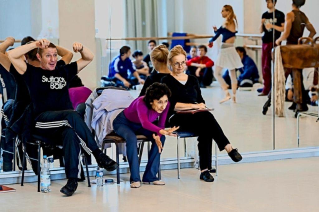 Mit  Konzentration, Disziplin und enormer Erinnerung:  Georgette Tsinguirides (Mitte) in einer Probe mit dem  Ballettmeister Thierry Michel und  der Ballettmeisterin Andria Hall Foto: Ballett