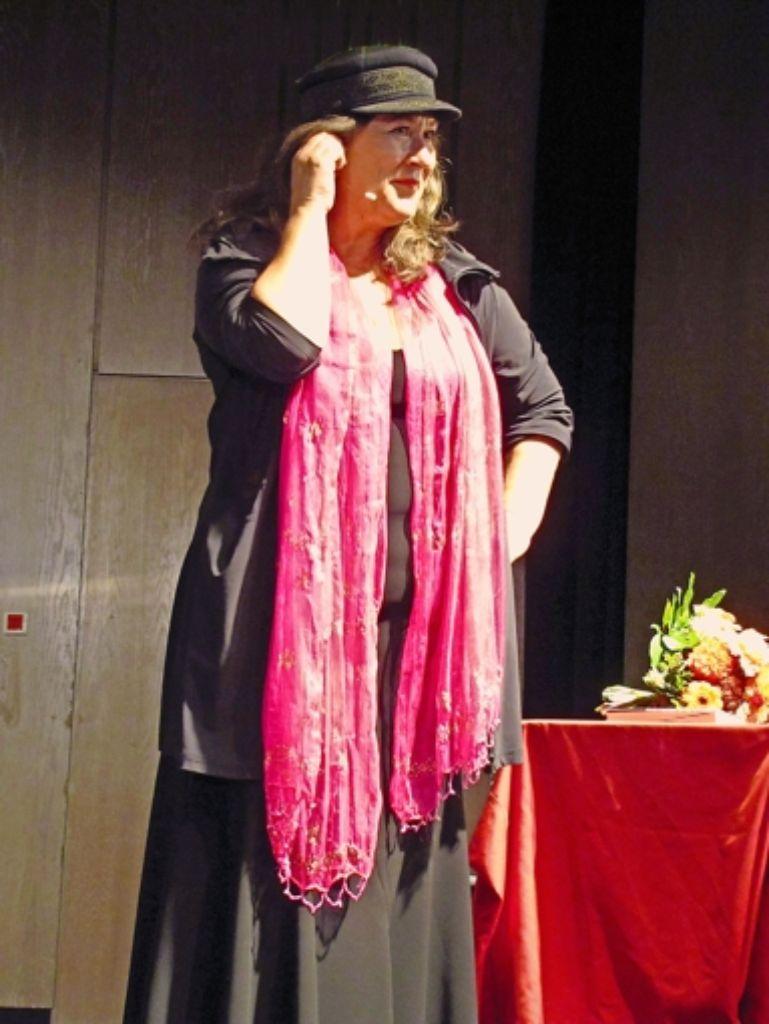 Dank ihrer Stimme ist Eva Mattes auch im Kleid ein wahrer Seemann. Foto: Eveline Blohmer