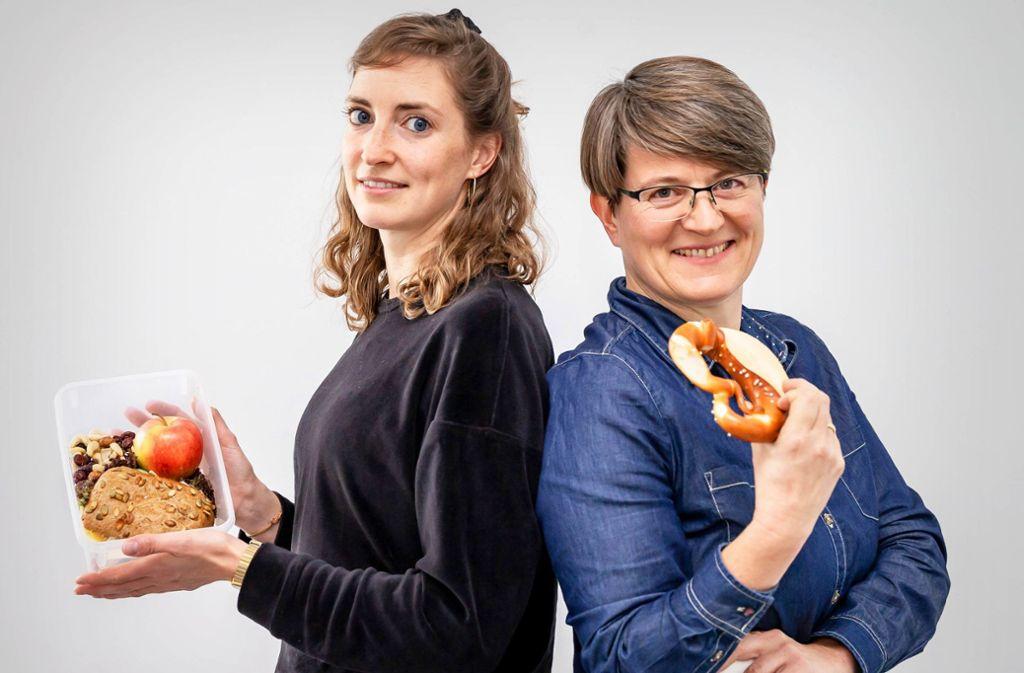 Vollkornbrot versus schwäbische Brezel: Welche Ernährung ist wirklich nachhaltig – und gleichzeitig gesund? Hanna Spanhel und Anja Tröster haben es ausprobiert. Foto: Lichtgut/Julian Rettig