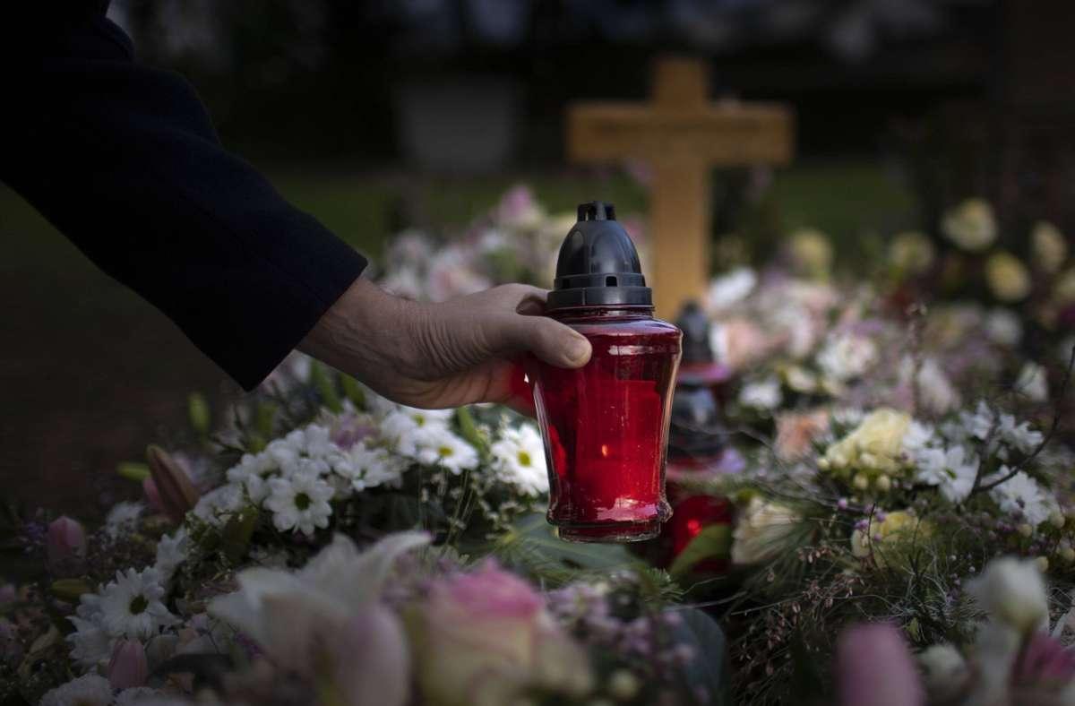 In Göppingen beschädigte ein Unbekannter zwei Gräber und entwendete auch Grabschmuck. (Symbolbild) Foto: imago images//Ute Grabowsky