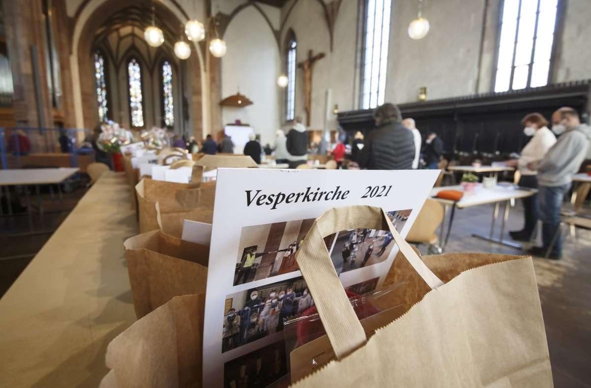 Zum letzten Mal in diesem Winter waren die Papiertüten mit Essen bestückt und in der Leonhardskirche zum Mitnehmen bereitgestellt. Foto: Lichtgut/Julian Rettig