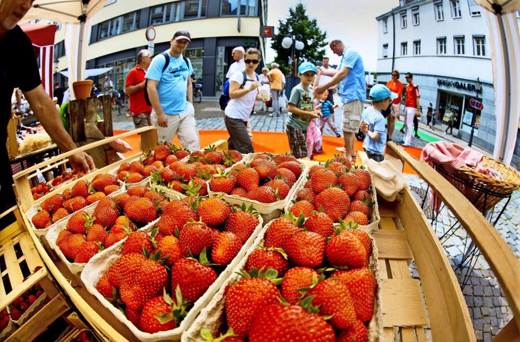Alles auf Erdbeere – die süße Frucht und die Händler stehen im Mittelpunkt beim alljährlichen Fest in der Esslinger Innenstadt. Foto: Horst Rudel