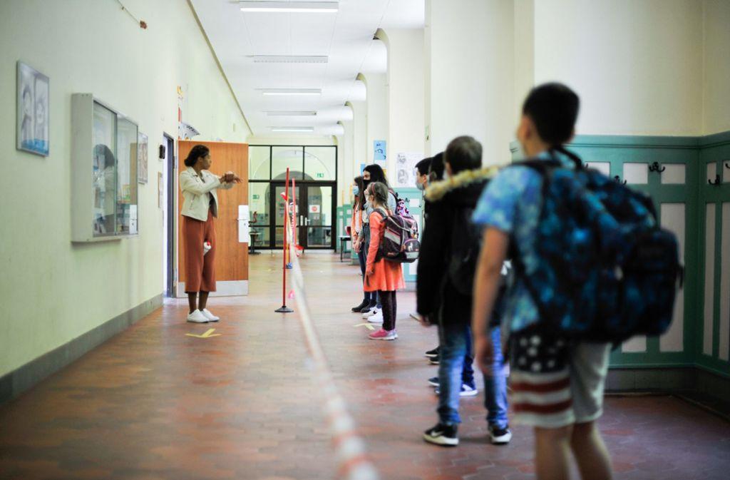 Schlange stehen bevor es ins Klassenzimmer geht. Foto: Lichtgut/Max Kovalenko