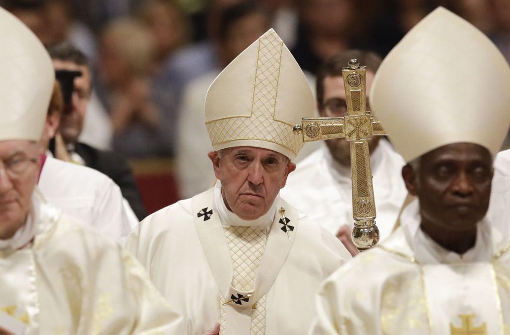 Wie das italienische Fernsehen meldete, wurde der linke Seitenarm der Basilika vorsichtshalber geräumt. Foto: dpa/Alessandra Tarantino