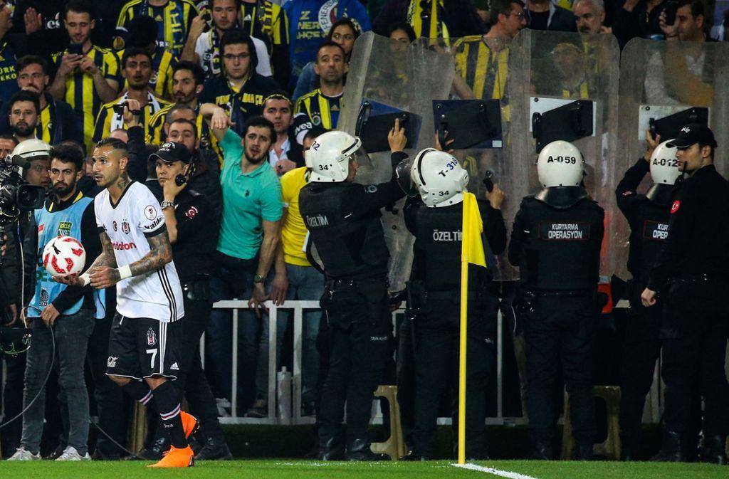 Bei dem Spiel der beiden Istanbiler Vereine war es zu Krawallen gekommen. Foto: AFP