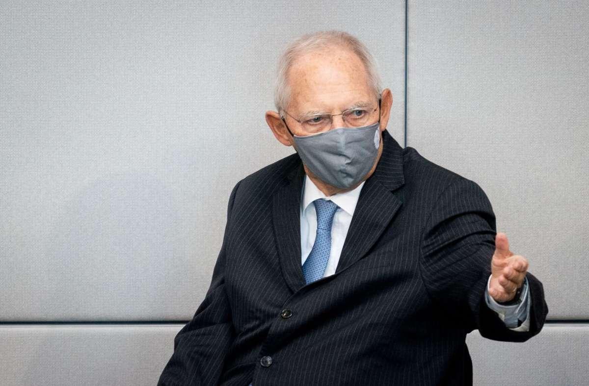 Bundestagspräsident Wolfgang Schäublewies die Abgeordneten auf die Mehrheitsbeschlüsse hinsichtlich der Corona-Regeln hin. Foto: dpa/Kay Nietfeld