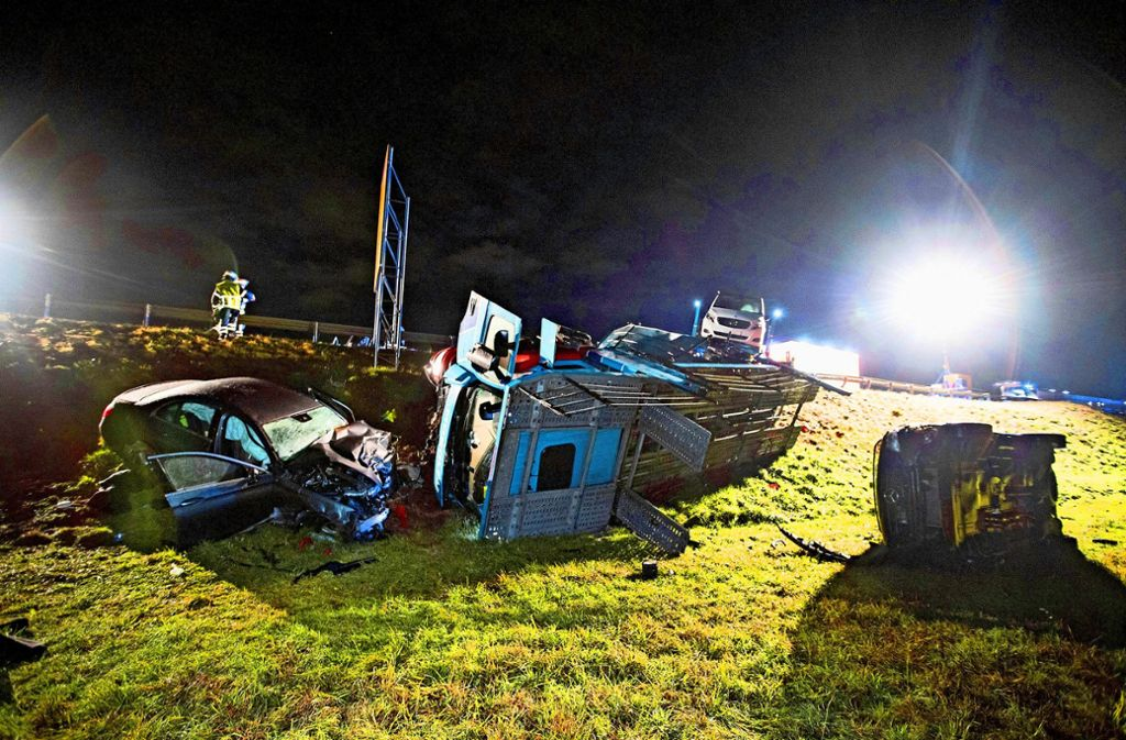 Bei einem  tragischen  Unfall auf der B464 durchbrach ein Sattelzug die Leitplanke. Foto: 7aktuell.de/Simon Adomat