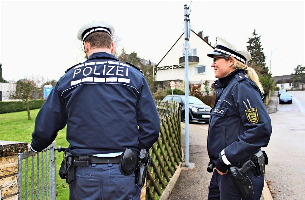 Polizeikommissaranwärter Julian Holch und Oberkommissarin Aline Tomzyk klären in Sillenbuch über den einen oder anderen Irrglaube auf. Foto: Caroline Holowiecki