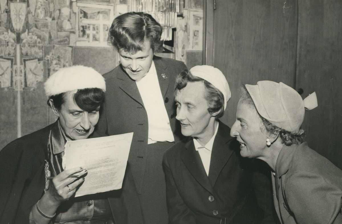 Jella Lepman (links) mit Astrid Lindgren (2. v. rechts) auf dem Kongress des International Board on Books for young People am 1. 1. 1956 in  Stockholm. Foto: dpa/Familie Lepman-Mortara