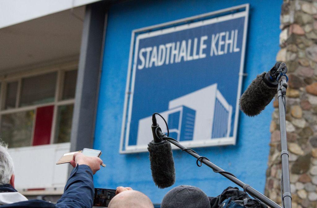 Journalisten und Kamerateams mussten draußen bleiben beim Landesparteitag der AfD Mitte November. Foto: dpa
