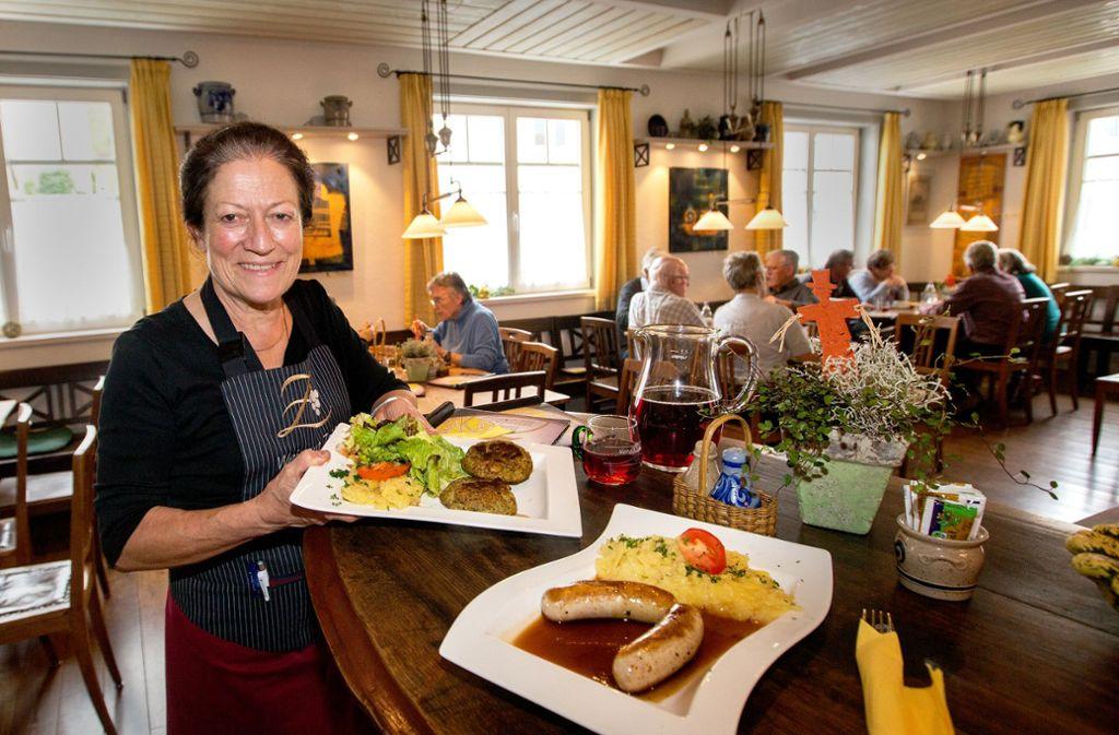 """Gerlinde Zaiß ist die """"gute Seele in der Stub"""". Wein und Schwäbisches gibt es in ihrem Sonnenbesen in Obertürkheim. Foto: Lichtgut/Ines Rudel"""