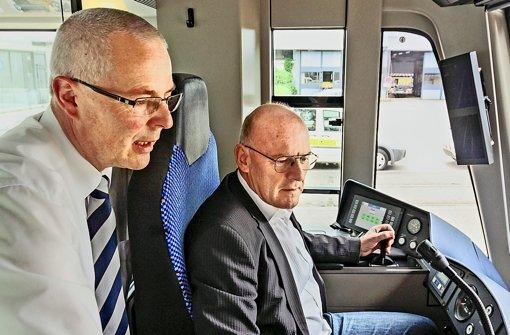 Verkehrsminister Winfried Hermann   hat eine Stadtbahn unter der Aufsicht des  SSB-Fahrschulleiters  Thomas Dietz   zum SSB-Zentrum nach Möhringen gesteuert. Foto: factum/Weise