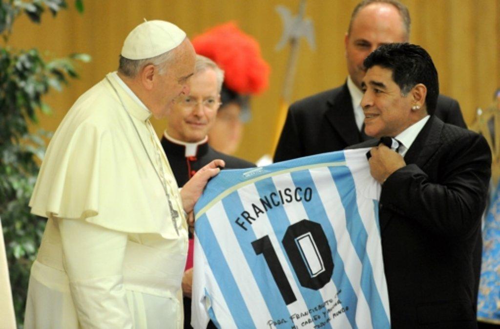 Vor dem Spiel für den Frieden wurden die Stars bei einer Audienz von Papst Franziskus (links, mit Fußball-Legende Diego Armando Maradona) empfangen. Foto: Getty Images Europe
