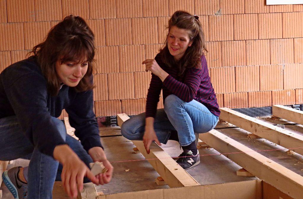 Von den   Architekturstudentinnen Meike Hammer (l.) und Tine Teiml stammt der Entwurf des Begegnungsraums und sie sind auch vor Ort auf der Baustelle. Foto: Sybille Neth