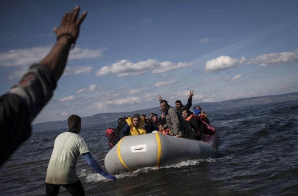 Ein überfülltes Schlauchboot mit Flüchtlingen an der griechischen Küste Foto: dpa