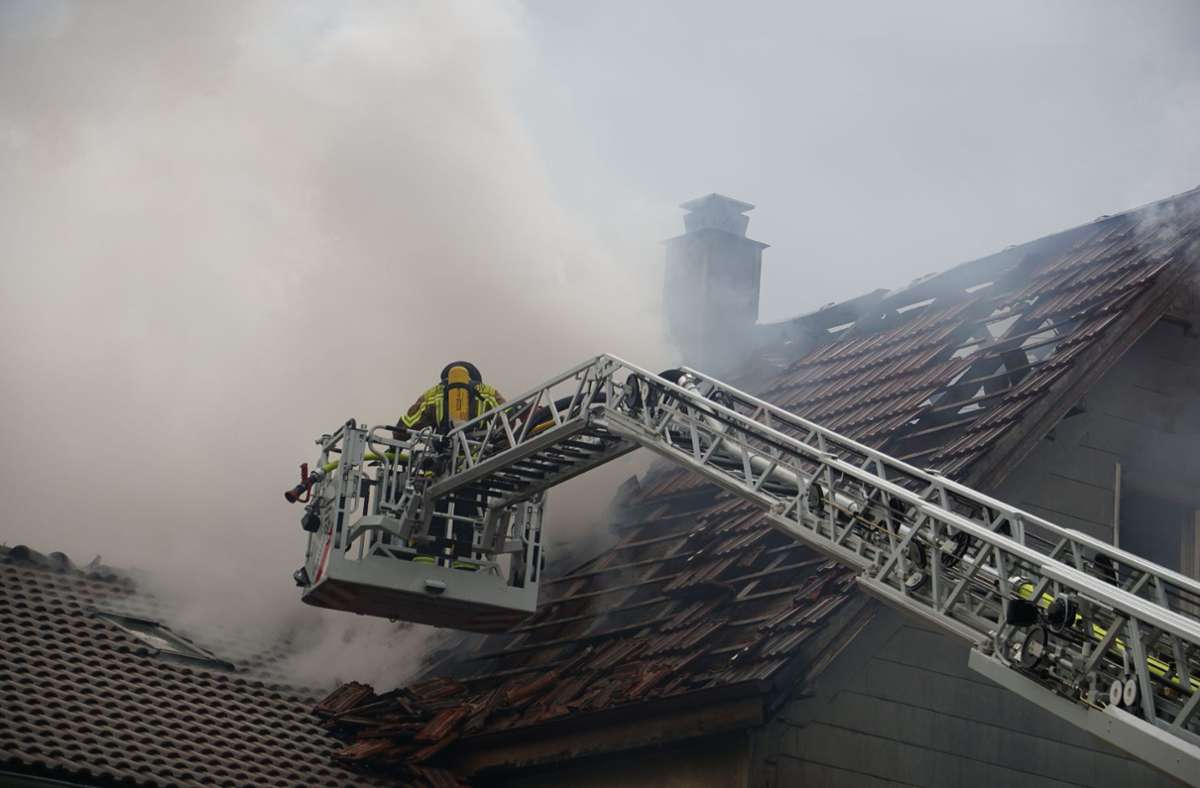 Die beiden benachbarten Häuser sind von den Bränden schwer beschädigt (Foto vom Montag). Foto: SDMG// Hemmann