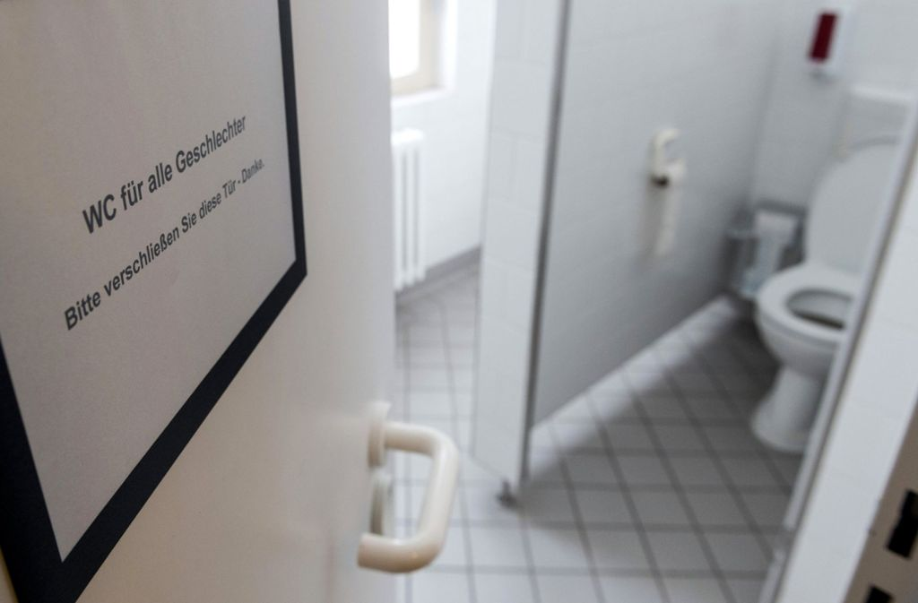 In mehreren Grundschulen in Bayern könnte es schon bald eine dritte Toilette geben. Foto: dpa