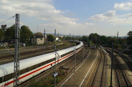 Ein ICE rauscht durch den Göppinger Bahnhof. Das soll mit Eröffnung der Schnellbahntrasse Stuttgart – Ulm vorbei sein. Doch Intercity-Züge sollen dann immer noch in Göppingen halten, kündigt die Bahn an. Foto: Wein