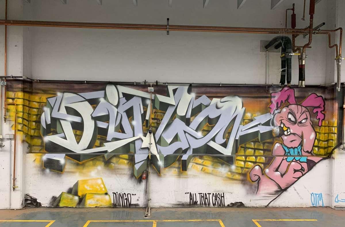 Ein bisschen Fabrikcharme und ziemlich viel Farbe: Die ehemalige Druckhalle hat sich in einen Veranstaltungsort    mit besonderer Atmosphäre verwandelt. Foto: Kuolt