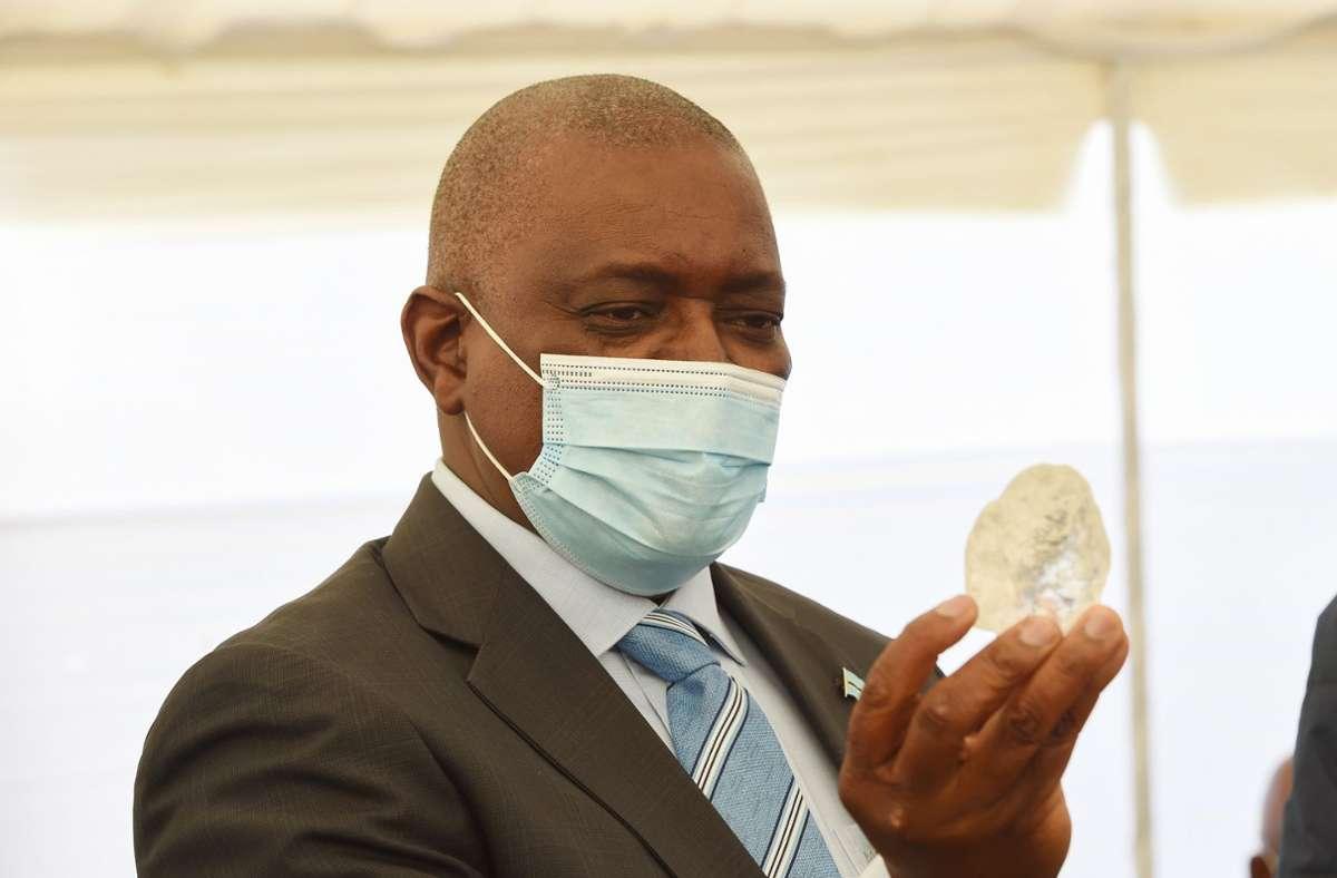 Mokgweetsi Masisi, Präsident von Botswana, schaut sich den Rekordfund an. Foto: dpa/Tshekiso Tebalo