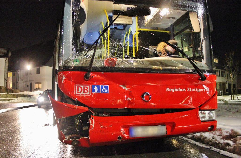 In Alfdorf ist ein Bus verunglückt – der Fahrer wurde angeblich durch Fernlicht geblendet. Foto: 7aktuell.de/Kevin Lermer