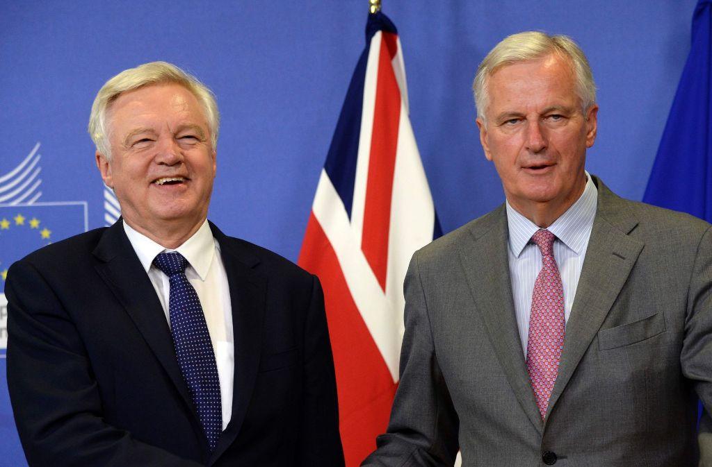 Der Brexit-Minister David Davis (links) und der EU-Chefunterhändler Michel Barnier am Montag beim Beginn der Verhandlungen in Brüssel. Foto: AFP